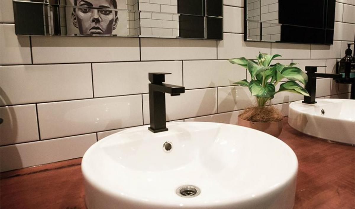 Hart BarThe Railway Hotel bathroom basins taps