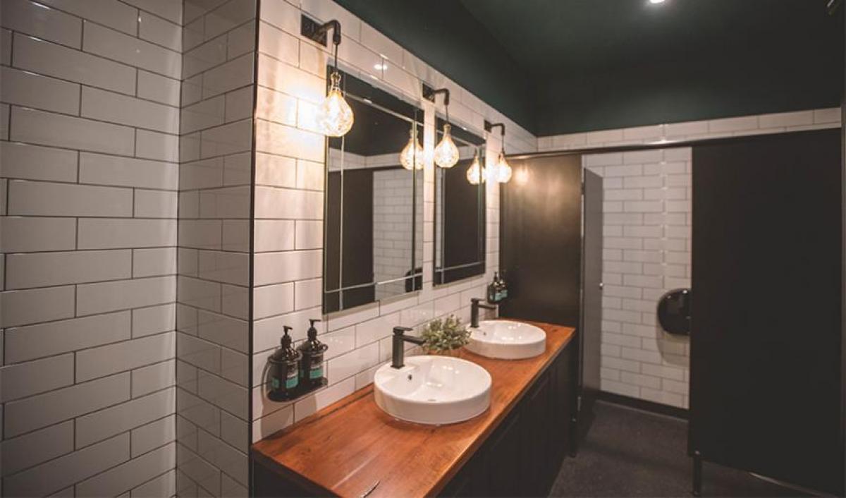Hart BarThe Railway Hotel bathroom mirrors