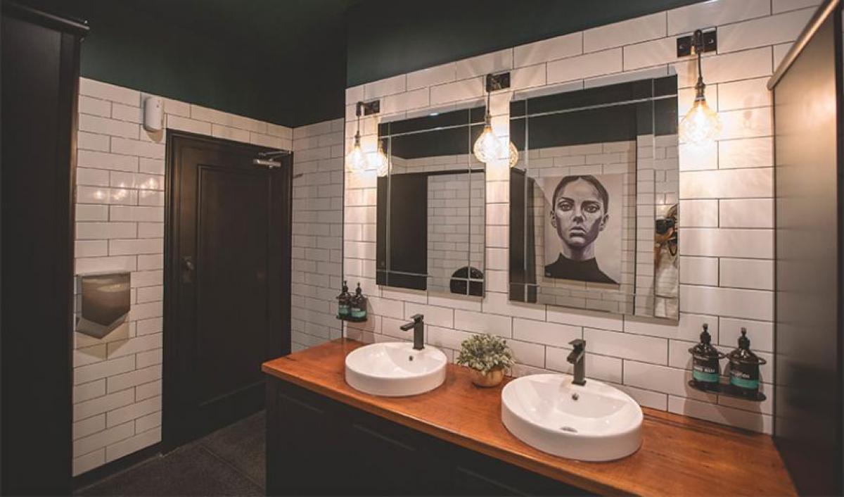 Hart BarThe Railway Hotel bathroom